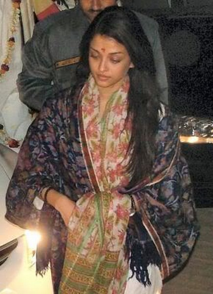 At Temple Aishwarya rai without makeup