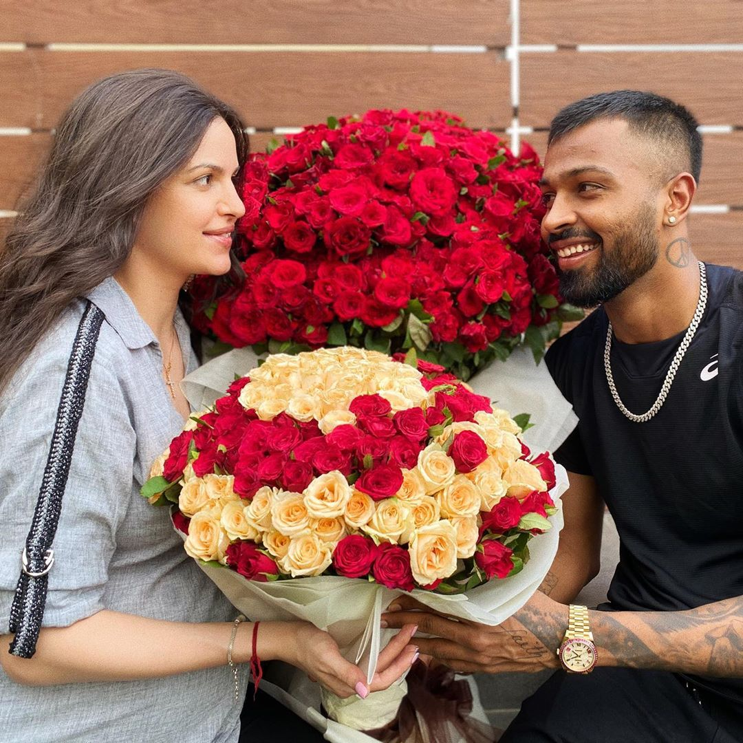 hardik-gave-rose-bouquets-to-pregnant-natasha-natasha-wrote-you-willalways-be-mine