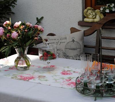 Einladend gedeckter Tisch in einem offenen Hof
