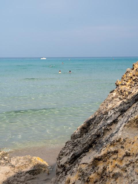 Vista del mar turquesa de Baia dei Turchi con rocas delante