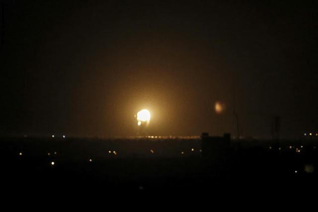 إسرائيل تستهدف مواقع في قطاع غزة ردًا على هجمات صاروخية