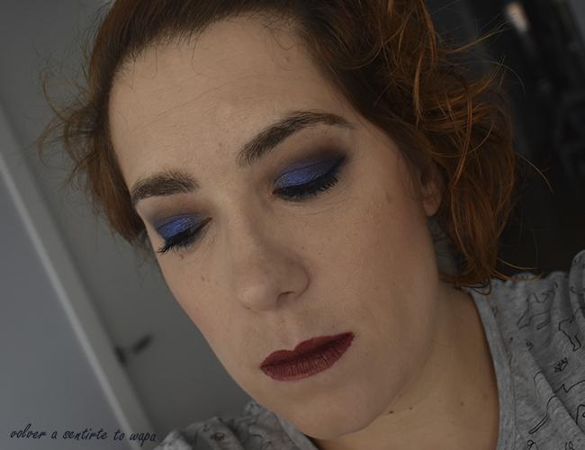 Maquillaje con sombras azules y marrones y labios metálicos