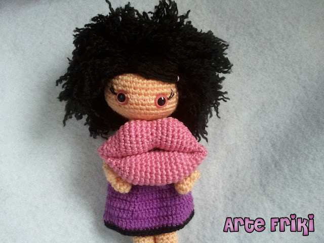 muñeca amigurumi doll crochet ganchillo labios lips kiss beso plush