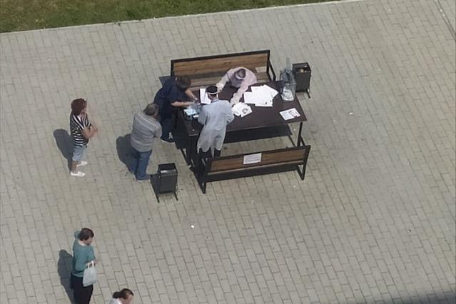 В Новосибирске голосуют на лавочках