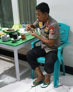 Viral! Potret Kesederhanaan Kapolri Idham Aziz Bersandal Jepit dan Makan Kue Lapis