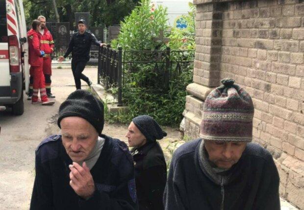 """Хворих пенсіонерів вивезли гинути на цвинтар, в Одесі гримить скандал: """"Викинули, як сміття"""""""