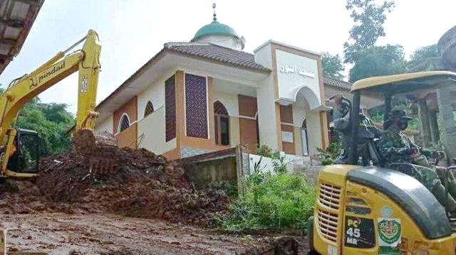 Tanah Bergerak, Terdengar Gemuruh dan Suara Azan, Kapolres Lari ke Masjid Pecahkan Kaca Jendela