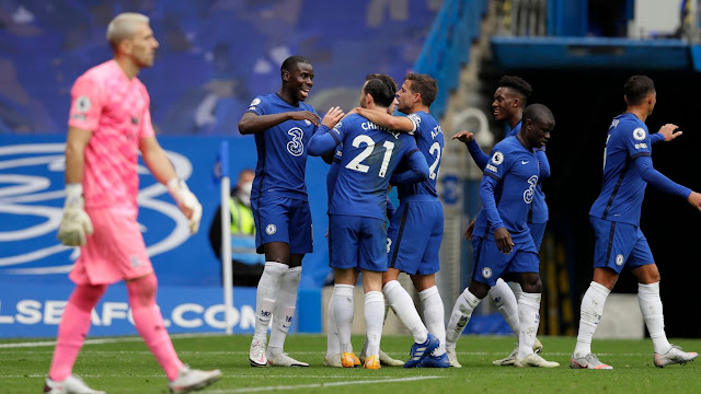 Chelsea players celebrate goal against Crystal Palace