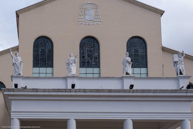 Igreja São Francisco de Paula - detlahe da fachada com estátuas do profetas