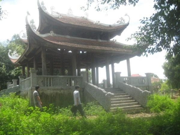 Chuông nhỏ được treo trên gác chuông bằng gỗ, cách chùa Đà Quận 3,5 m về hướng nam.