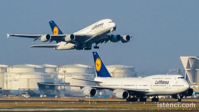 Lufthansa Havayollarına ait Airbus A380 (kalkış yapan) ve Boeing 747 (taxi yapan) aynı karede. | istenci.com