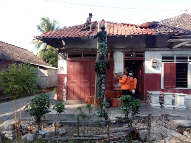 Genteng Rumah Bu Slamet Mulai Dipasang Satgas TMMD Reg Kodim Klaten