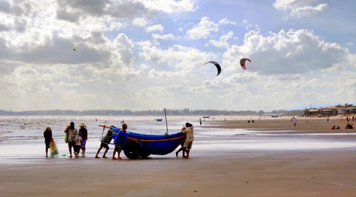 Do không mất phí vào cửa nên bạn có thể thỏa sức vui đùa trên bãi biển Long Hải (Ảnh sưu tầm)