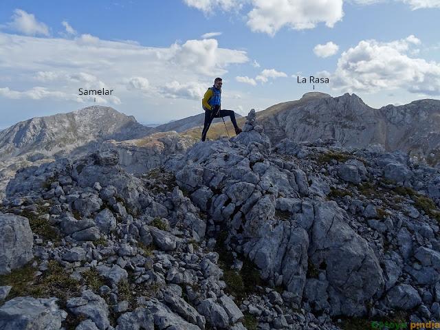 En la cima del Pico Soriano en el Macizo Oriental de Picos de Europa