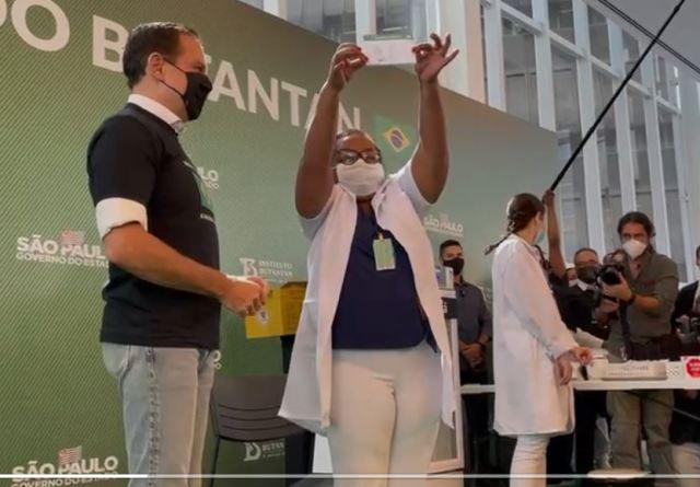 Mulher, negra e enfermeira da linha de frente será a primeira brasileira vacinada