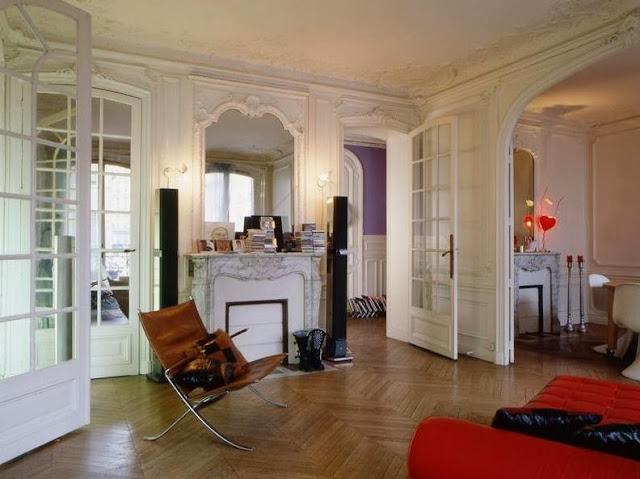 salon con frisos de yeso en las paredes y techo