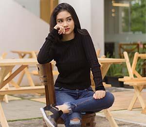 Sarah Tuffahati Sedang Duduk