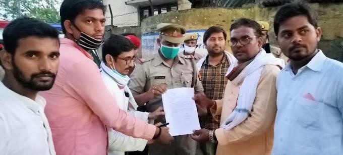 ब्लॉक प्रमुख प्रतिनिधि के खुलेआम गुंडागर्दी पर सपा नेता सन्तोष यादव के समर्थकों  ने पुलिस अधीक्षक के नाम सौपा ज्ञापन