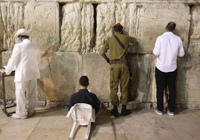 """Una gran cantidad de figuras públicas como los círculos académicos, escritores, periodistas, políticos y activistas sociales mantuvieron reuniones en todo el país la noche del sábado para discutir el desafío permanente de la desunión judía y el concepto de """"el centro y los extremos"""" de la sociedad judía, pasado y presente."""