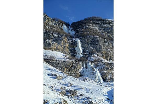 Замёрзшие водопады над турбазой Сувар