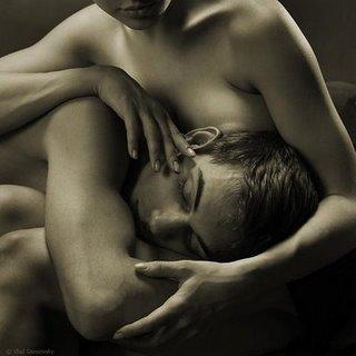 No colo da mulher amada
