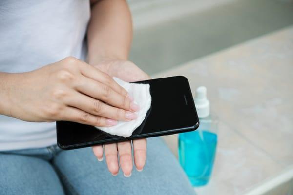 Telefon Bimbit Pun Nak Kena Bersihkan Kalau Tak Nak Virus COVID-19 'Melekat'!