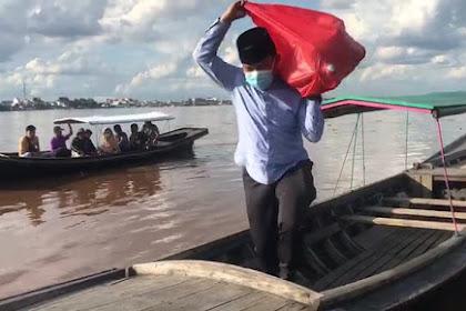 Sebrangi Sungai Indragiri, Dani M Nursalam Bagikan Makanan Berbuka Door to Door ke Warga Sebrang Tembilahan
