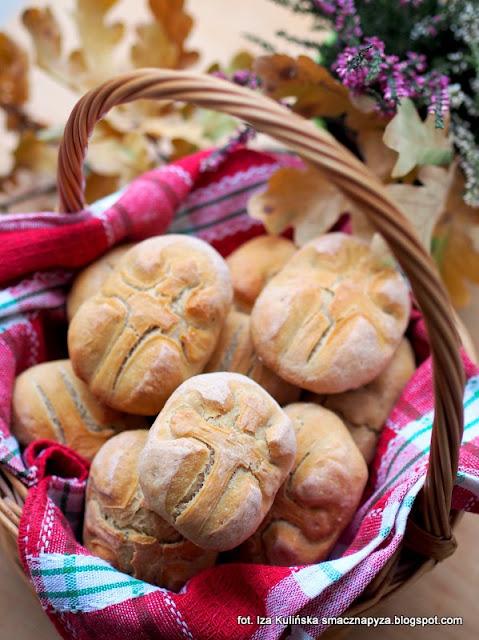 chlebek zaduszny, buleczki zaduszne, bulki zaduszne, zaduszki, polskie tradycje swiateczne, tradycyjne pieczywo, dziady, bulki drozdzowe pszenno zytnie