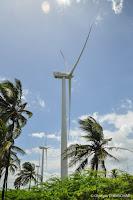 Parc d'éoliennes Bus local (guagua) sur la route de Pedernales en République Dominicaine