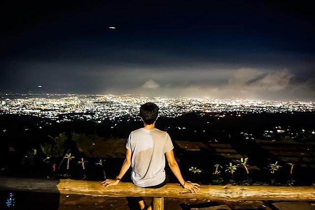 foto indahnya pemandangan dari bukit moko