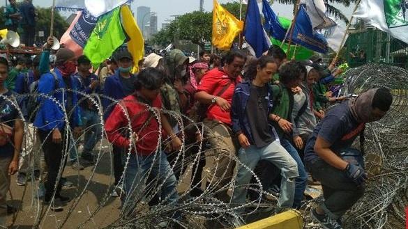 Merangsek ke dalam DPR, Pendemo Mahasiswa Jebol Kawat Berduri