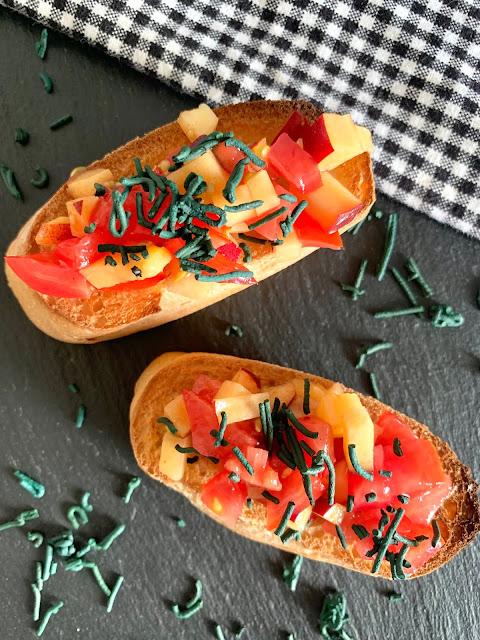 Spirulina-Bruschetta #Rezept #glutenfrei #vegan, Vorspeise, AKAL FOOD, Algen, Tomaten, Pfirsich, Baguettescheiben, proteinreich, schnell, einfach