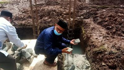 Peletakan Batu Pertama Tanda Dimulai Pembangunan Masjid Madinahtul Umidiah Di Desa Bojong Renged