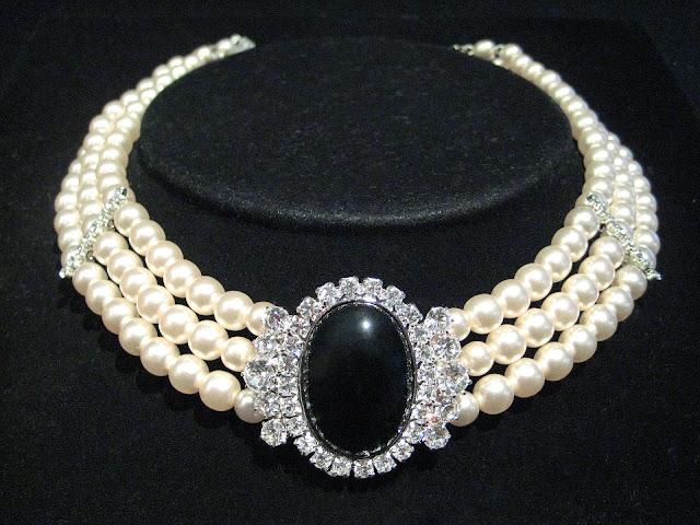 Elegant pearl choker
