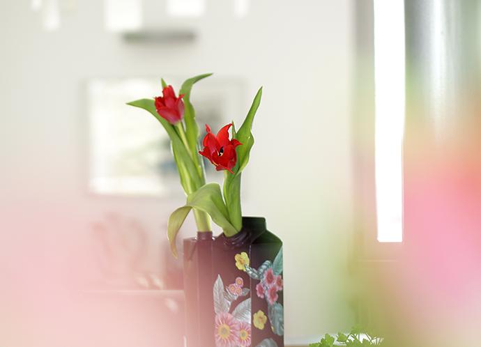 Blick auf 2 DIY Vasen aus Saft- und Milchtüten