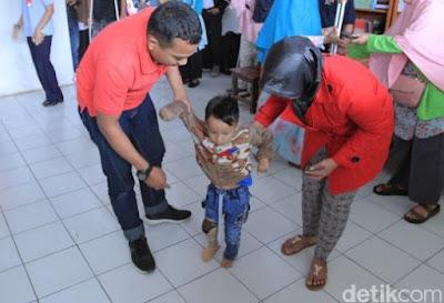 Kabar Berita Terbaru Hari Ini Balita Deby Bahagia Mendapat Kaki Palsu di Hari Bakti TNI AU ke-72