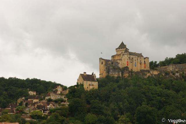 Veduta dell'imponente Chateau de Castelnaud dalla Dordogna
