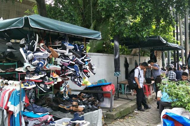 Pedagang kaki lima PKL di Jalan Sunan Ampel