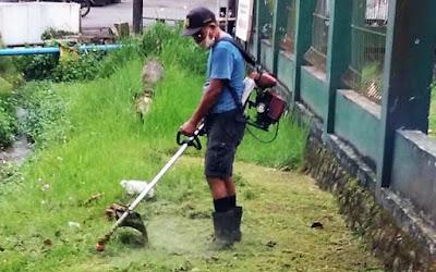 Jelang Penutupan TMMD :  Rumput di Seputar Koramil Baturaden Dibersihkan