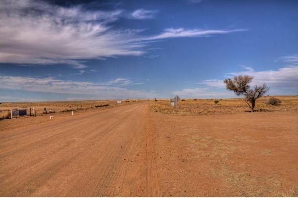 """La strada desolata verso Marree, vicino a dove è stato scoperto il famoso geoglifo conosciuto come """"Marree Man""""."""