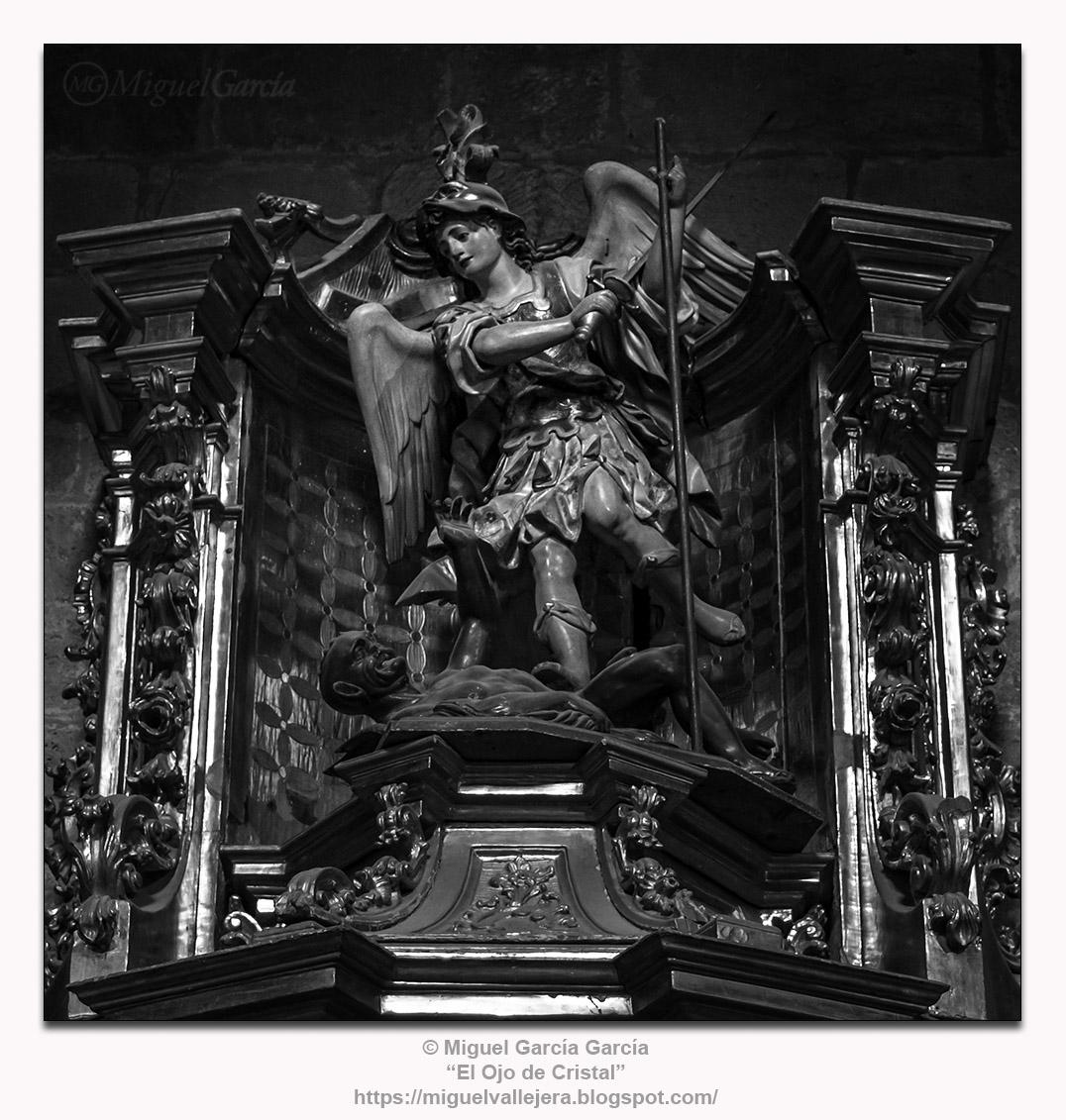 Talla policromada del Arcángel Miguel en el Monasterio de Santa María La Real, Nájera (La Rioja)