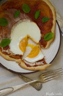 (Piadina z sosem pomidorowym i jajkiem