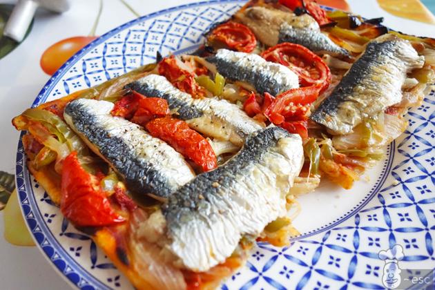 coca de sardinas con tomate y verduras