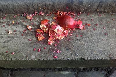 По греческой традиции гранат разбивают на пороге, чтобы привлечь в дом удачу