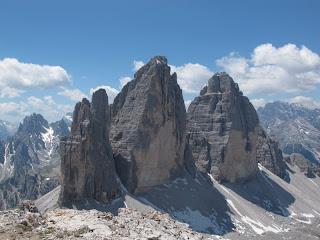Die Drei Zinnen mit ihren beeindruckenden Nordwänden vom Gipfel des Paternkofel aus