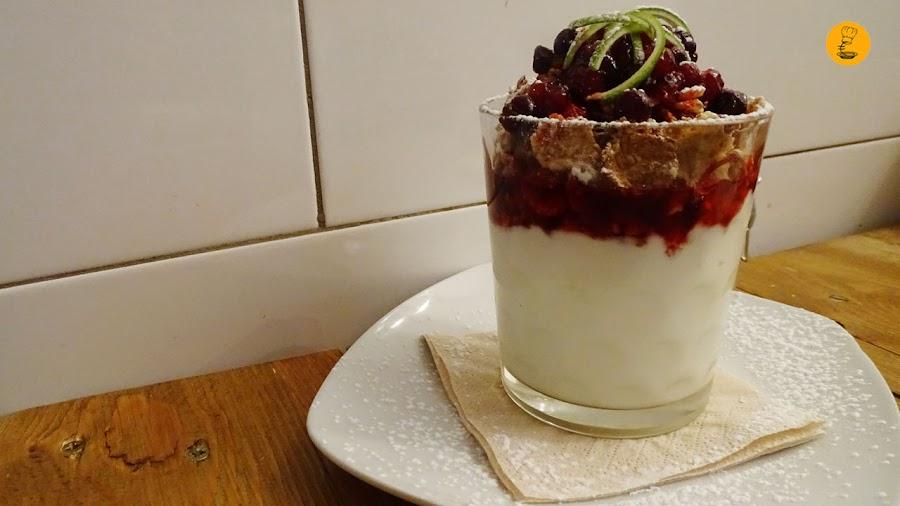 Yogur con muesli y frutos rojos en Roll Madrid