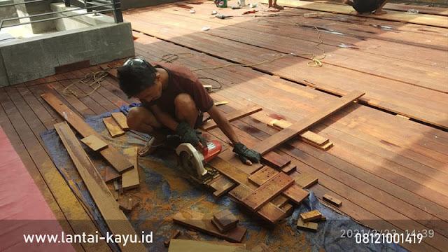 Menghitung biaya pemasangan Decking kayu di Rooftop