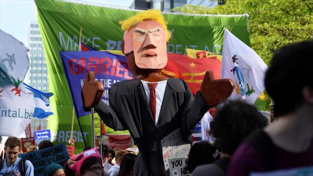 Miles de personas protestan contra Trump en Bruselas