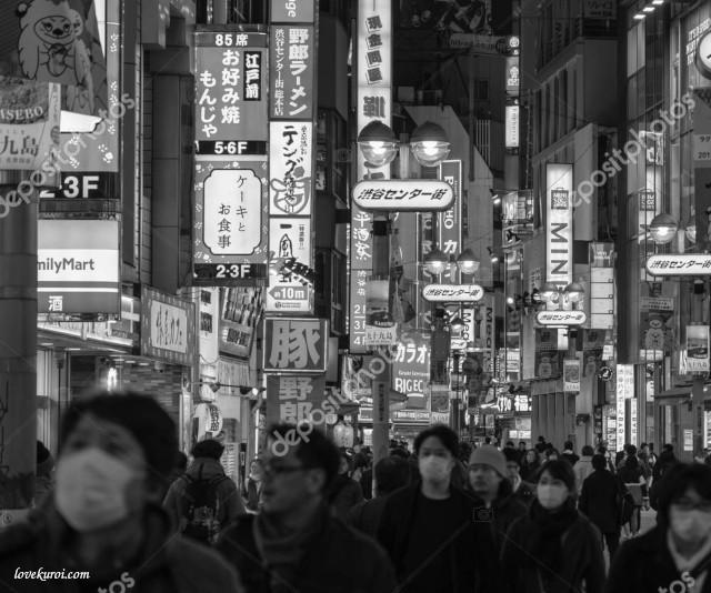 Черно-белое фото, японцы в масках во время коронавируса
