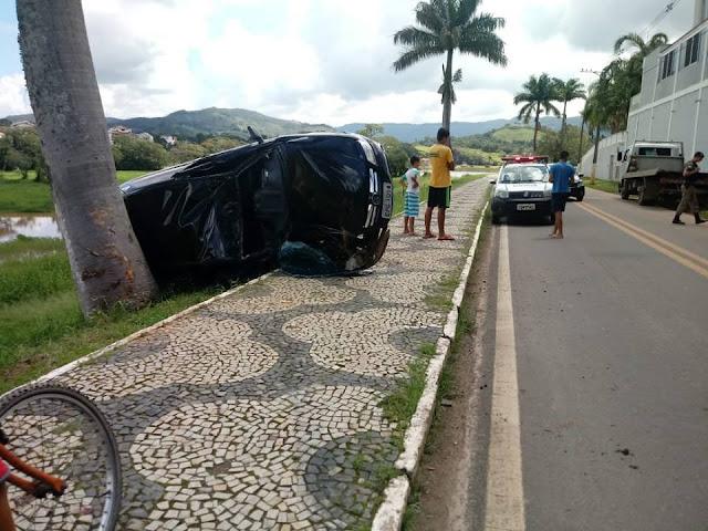 Motorista perde o controle direcional e capota carro em Lambari, MG - Fotos: Redes Sociais